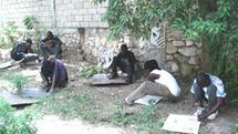 Sculpteurs de Croix-des-Bouquets au travail dans la cour-atelier de Jolumeau
