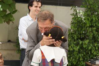 L'ambassadeur Gossetti saluant une des jeunes écolières